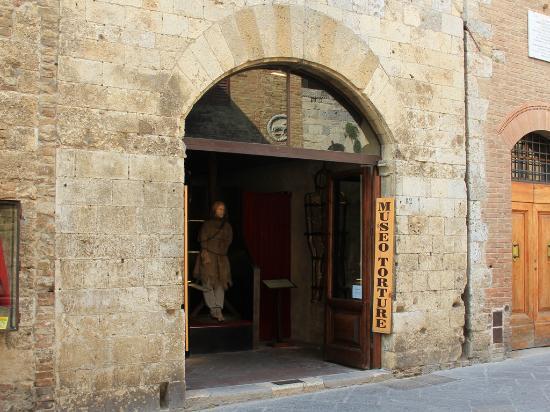 Frontdoor Torture Museo San Gimignano.