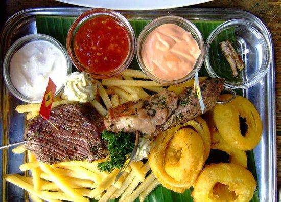 Crossfield's Australian Pub: Platte mit den verschiedenen Fleischsorten und Heuschrecken