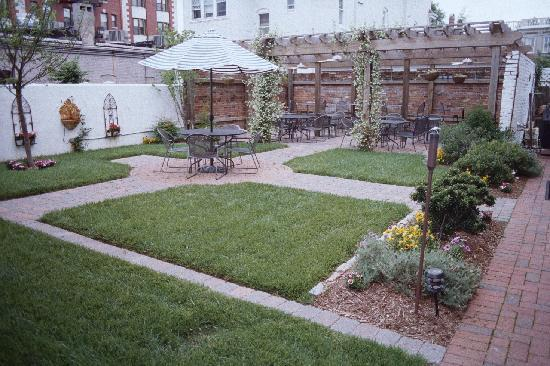 Freemason Inn Bed & Breakfast: English Courtyard