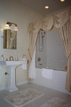 Freemason Inn Bed & Breakfast: Luxurious bathrooms w/ 2 person jacuzzi tubs