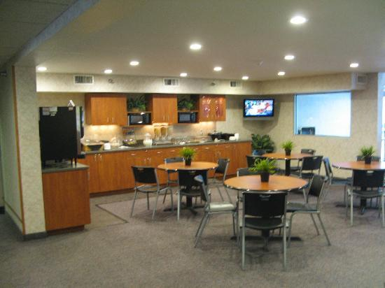 Microtel Inn & Suites by Wyndham Ames: Breakfast area 2