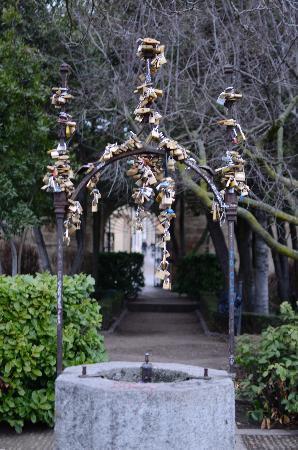 Well with locks picture of huerto de calixto melibea salamanca tripadvisor - Jardin de calisto y melibea salamanca ...