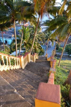 Hotel El Castillo: Treppe vom Hotel in die Stadt