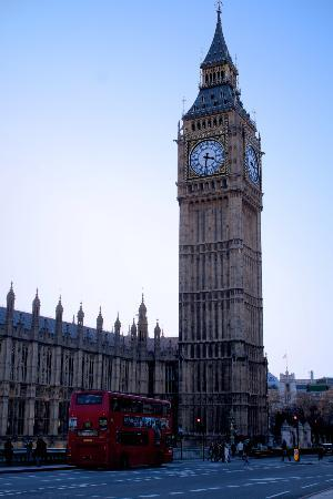 Londen, UK: Big Ben and a bus
