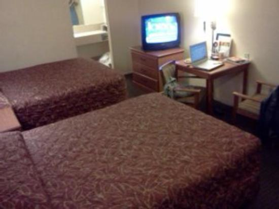 Super 8 Austin Downtown/Capitol Area: Room - Table, Tv area