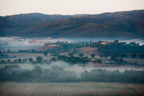 Borgo Finocchieto: On top of a hill, the Borgo enjoys unsurpassed views on its of the Arbia valley western, souther