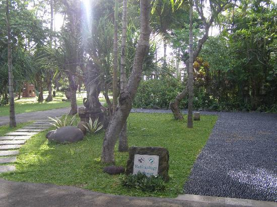 Hotel Santika Premiere Beach Resort Bali: Hotel Santika : The Reflexology path