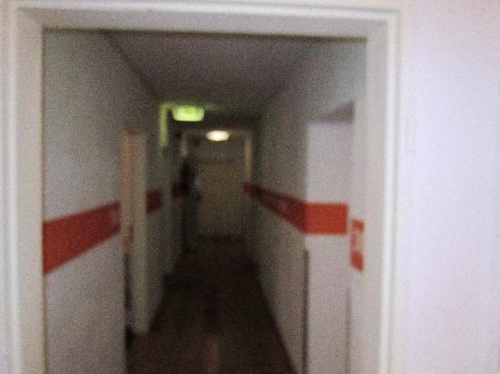 Station Hostel for Backpackers: piso dos quartos e instalações sanitárias