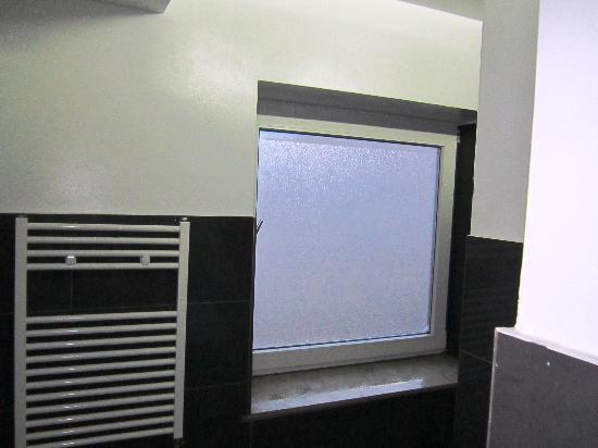 Station Hostel for Backpackers: janela da cabine de duche e aquecedor de toalhas, mas estava desligado