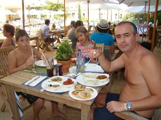 David Citadel Hotel: restaurante cerca de la piscina