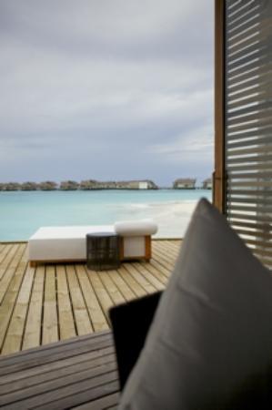"""Jumeirah Vittaveli: Blick aus der Poolbar """"ee"""" auf Sunsetwatervillen 2te Reihe"""