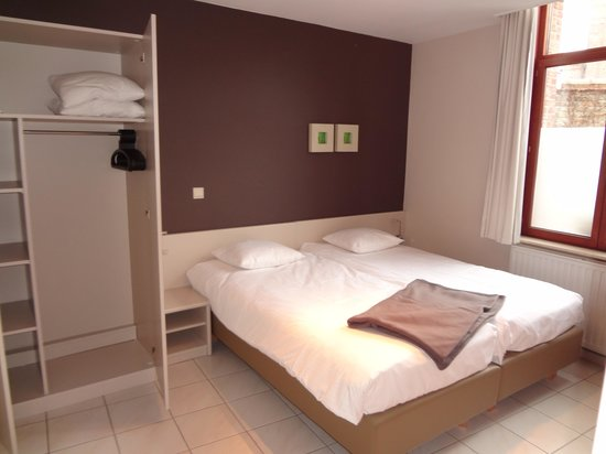 Bonobo Apart Hotel: Apartment 12: bedroom with big wardrobe and spare blankets to cuddle up in