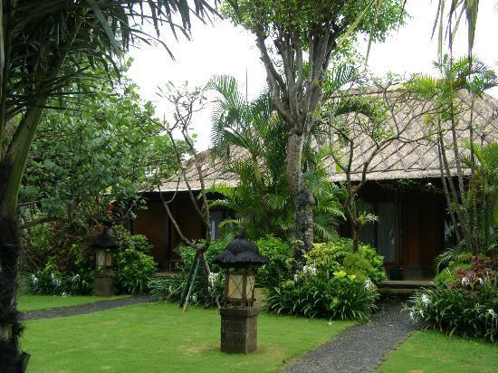 Hotel Santika Premiere Beach Resort Bali: Hotel Santika : Rooms surrounded by beautiful gardens