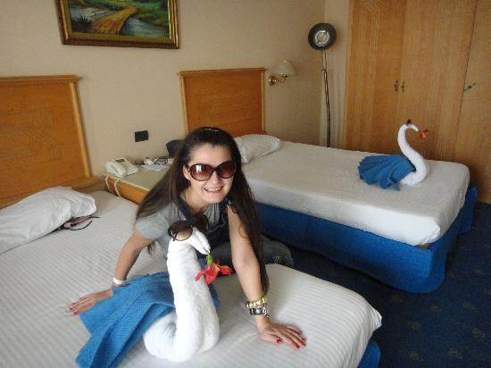 Golden 5 Almas Resort: украшение номера