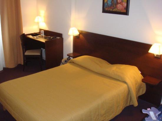 Adagio Access Strasbourg Illkirch : Le bureau et le lit