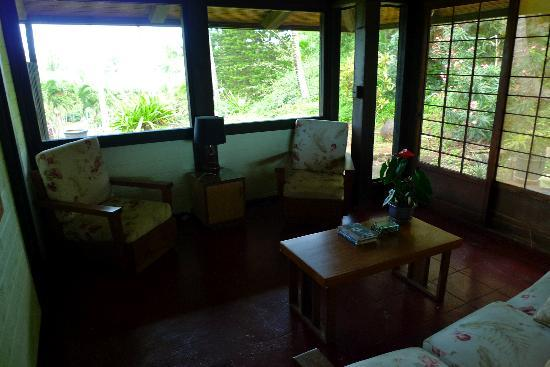 Mahina Kai Bed and Breakfast: Hibiscus Suite sitting area