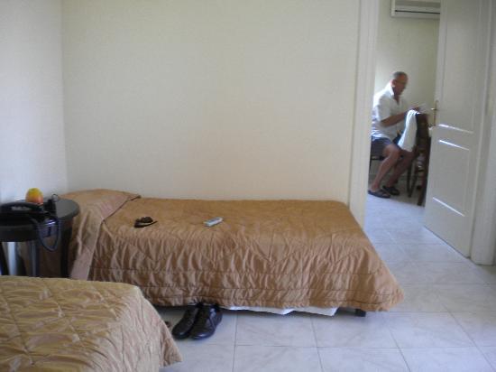 Gouves Sea and Mare Hotel & Suites: 2 petits lits dans pièce séparée