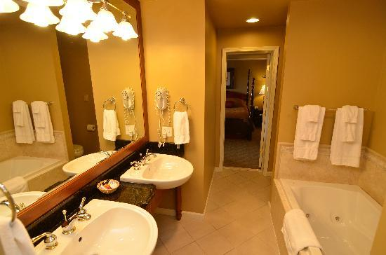 Pine Barn Inn: Premier Suite Bathroom