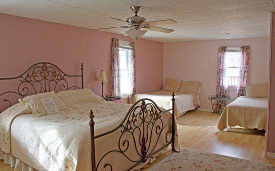 Bromley View Inn: The very pretty room across from ours