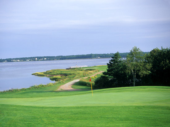 Stanhope, Canadá: The rolling Number 15 Green and Number 16 Tee set against a vista of Covehead Bay.