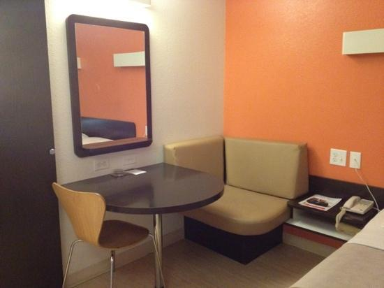Motel 6 Baltimore - BWI Airport: The sitting area