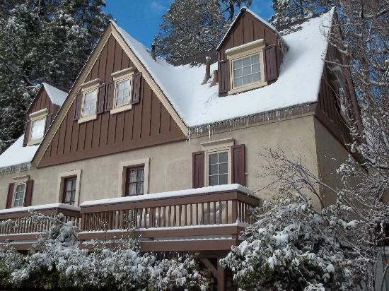 Saddleback Inn: One of the Cabins freshly hit with snow.