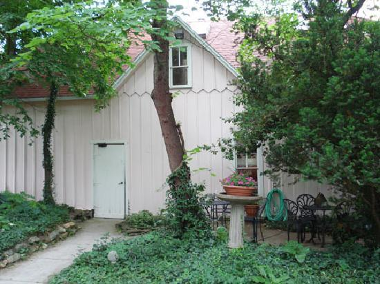 Walnut Street Inn: Carriage house as seen from back yard