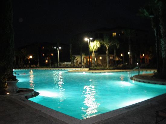 WorldQuest Orlando Resort: pool at night