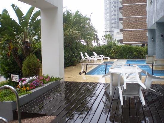 Jamaica Hotel: Entrada y vista de la pileta.