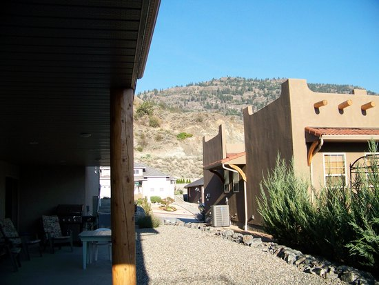 Kokopelli Bed and Breakfast: The outside sitting area