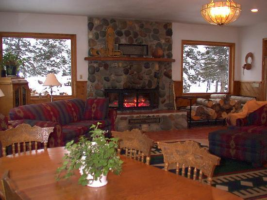 Denali Dome Home Bed and Breakfast: Large windows look out to the lawn and Mt. Healy.