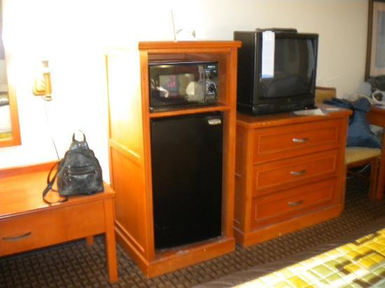 Baymont Inn and Suites Chattanooga: TV & Micro Fridge