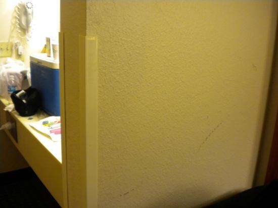 Baymont Inn and Suites Chattanooga: Dirty Walls-1