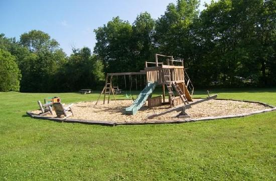 Cedar Crest Inn: Children's outdoor play are near the gardens
