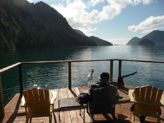 Orca Island Cabins: Captain Dennis taking a break on the south deck