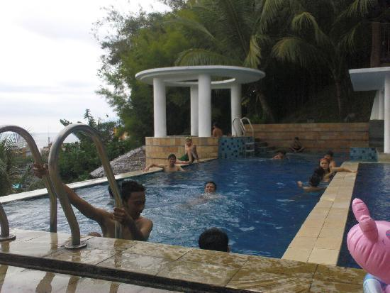 Minahasa Hotel Manado: kids in the pool on sunday
