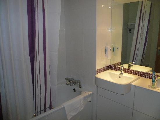 Premier Inn London Hanger Lane Hotel: Salle de bains