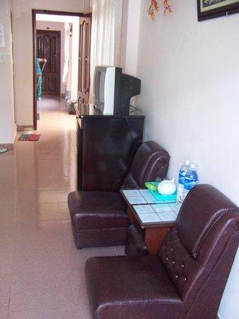 Ai Nghia Hotel: deux petits fauteils et la télé