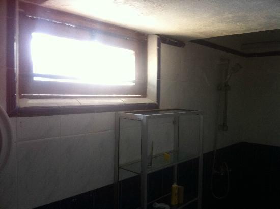 Miltons Beach Resort: Окно в ванной не закрывается