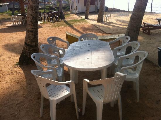 Miltons Beach Resort: Всегда грязный стол напляже
