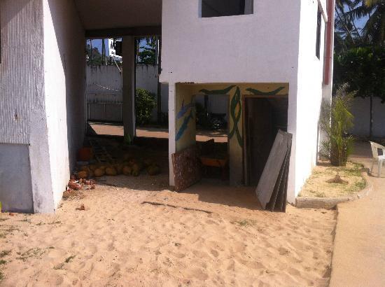 Miltons Beach Resort: Территория отеля очень грязная