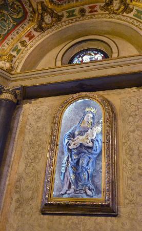 Saronno, İtalya: Statua della Beata  Vergine dei Miracoli