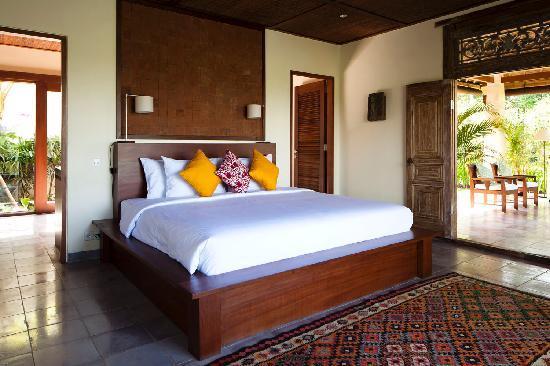 Bali Jiwa Villa: Spacious bedroom with view over valley and pool