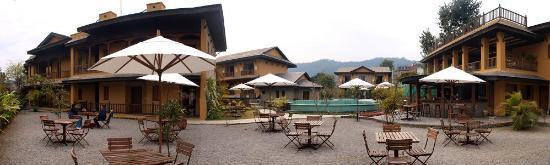 Temple Tree Resort & Spa : open restaurant byt the pool