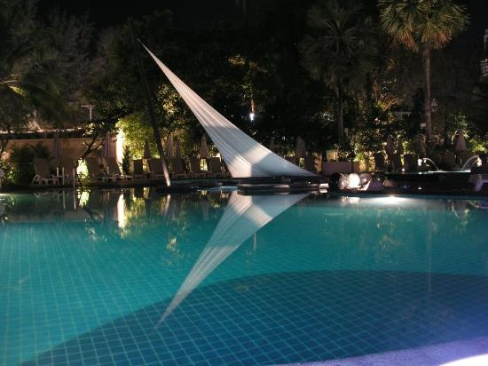 Holiday Inn Resort Phuket: Main pool at night.