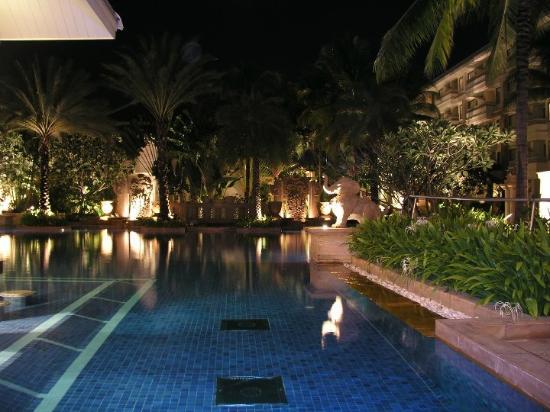 Holiday Inn Resort Phuket: Busakorn pool at night.