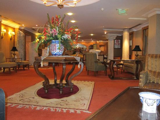 Eresin Crown Hotel Sultanahmet: Hotel bar complete with ancient artifacts :)