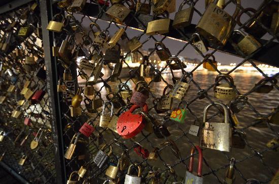 Pont des Arts: 恋人たちの南京錠
