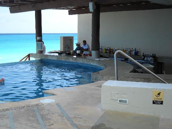 Sun Palace: Pool Bar
