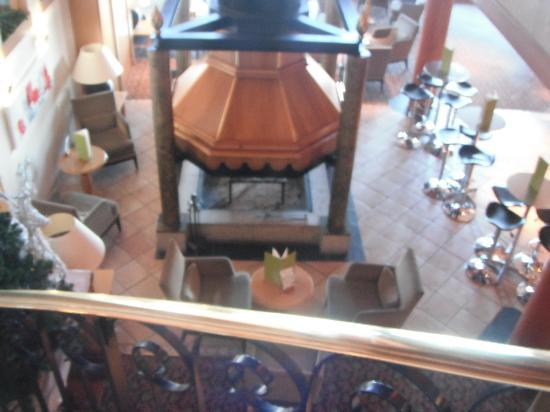 Hotel Mercure - Les Arcs 1800: La cheminée du bar